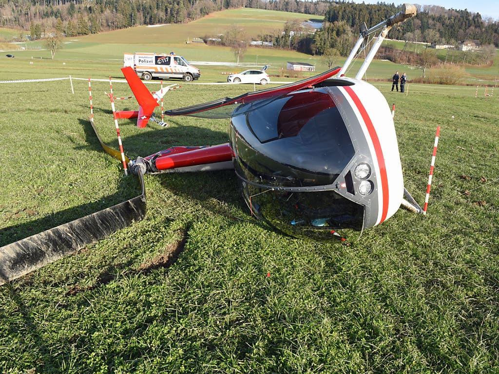 Totalschaden: Ein Helikopter kommt nach einem missglückten Start in Beromünster LU unsanft zu Boden. (Bild: Luzerner Polizei)