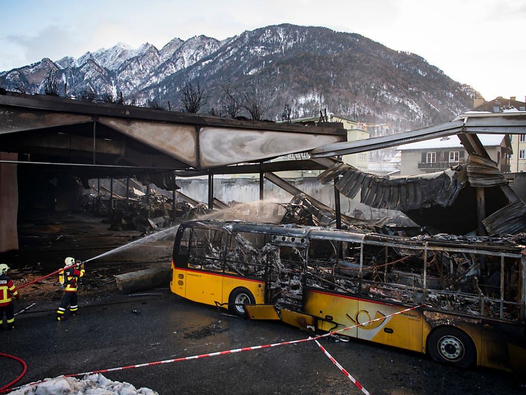 Blick auf das zerstörte Depot der Postauto AG in Chur. 20 Postautos fielen den Flammen zum Opfer. Der Schaden allein an den Fahrzeugen beträgt 7,5 Millionen Franken. (Bild: KEYSTONE/GIAN EHRENZELLER)