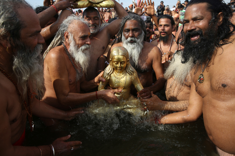 Durch das Bad erhoffen sie sich, womöglich aus dem ewigen Kreislauf von Tod und Wiedergeburt auszubrechen. (Bild: AP Photo/Rajesh Kumar Singh)