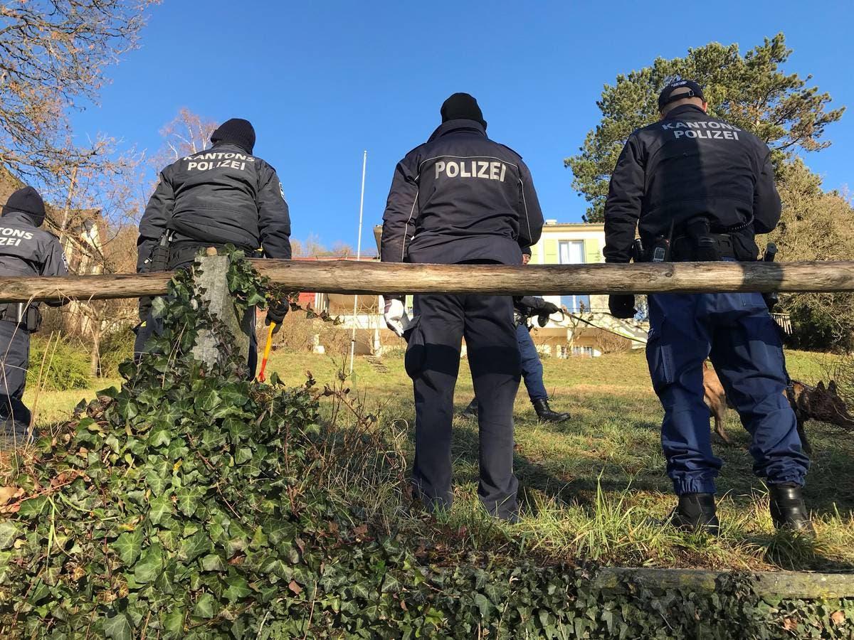 Kantonspolizisten durchforsten am Freitagmorgen die Umgebung grossräumig nach Hinweisen zur unbekannten Täterschaft. (Bild: Stefania Telesca (Aarau, 18. Januar 2019))
