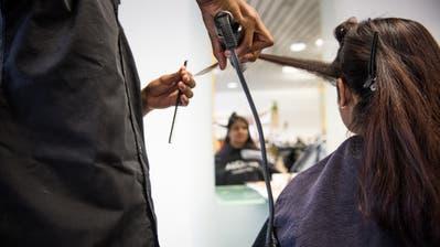 Ein fairer Preis für einen Haarschnitt liegt laut dem Verband bei Herren um 50, bei Frauen um 80 Franken. (Symbolbild: Roger Grütter)