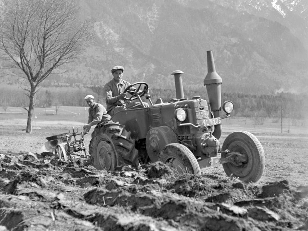 --- ARCHIVE --- AM 23. JANUAR 2019 BEGINNT DAS 300-JAHR-JUBILAEUM DES FUERSTENTUMS LIECHTENSTEIN. WIR ZEIGEN EINE SERIE VON PORTRAITS DER DORTIGEN LANDBEVOELKERUNG UM 1940 --- Portrait der arbeitenden Landbevoelkerung im Fuerstentum Liechtenstein bei der Feldarbeit, aufgenommen im Kriegsjahr 1942. (Bild: KEYSTONE/PHOTOPRESS-ARCHIV/STR)