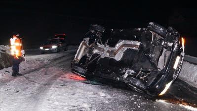 Das Fahrzeug der 23-jährigen Lenkerin kippte auf die Seite. (Bild: Zuger Polizei (Menzingen, 18. Januar 2019))