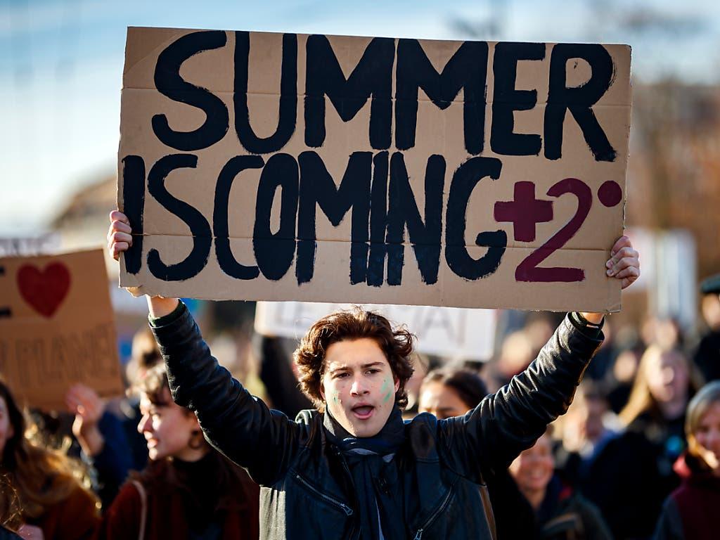 «Plus 2 Grad im Sommer», hat dieser Schüler in Lausanne auf sein Karton-Transparent geschrieben. (Bild: KEYSTONE/VALENTIN FLAURAUD)