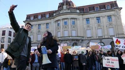 Die beiden Organisatoren Tim Kilchsberger und Ronahi Yenerorganisierten den Zuger Klimastreikauf dem Postplatz. (Bild: Zoe Gwerder (18. Januar 2019))