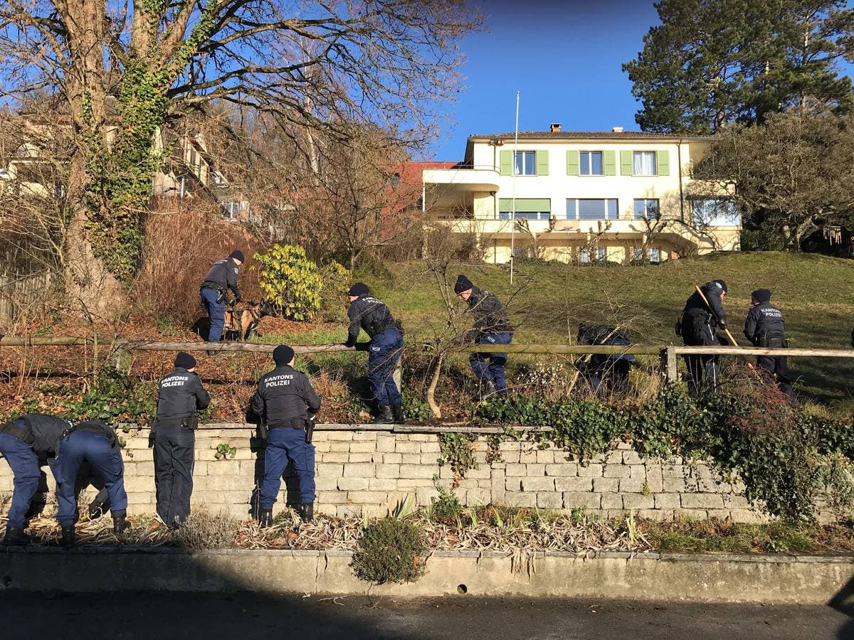 Das Gelände um den Tatort, insbesondere das teil unbebaute Nachbargrundstück, wird abgesucht. (Bild: Stefania Telesca (Aarau, 18. Januar 2019))