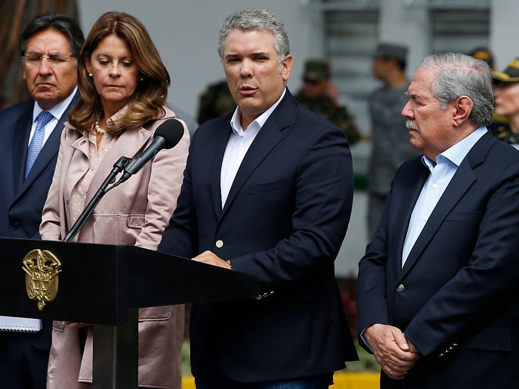 «Dieser Anschlag wird nicht ungesühnt bleiben», sagte Kolumbiens Präsident Iván Duque (Mitte). (Bild: KEYSTONE/AP/JOHN WILSON VIZCAINO)