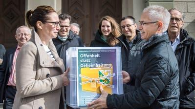 Vergangenen März reichte Ueli Fisch vom Initiativkomitee «Offenheit statt Geheimhaltung» die Unterschriften ein. (Bild: Reto Martin)