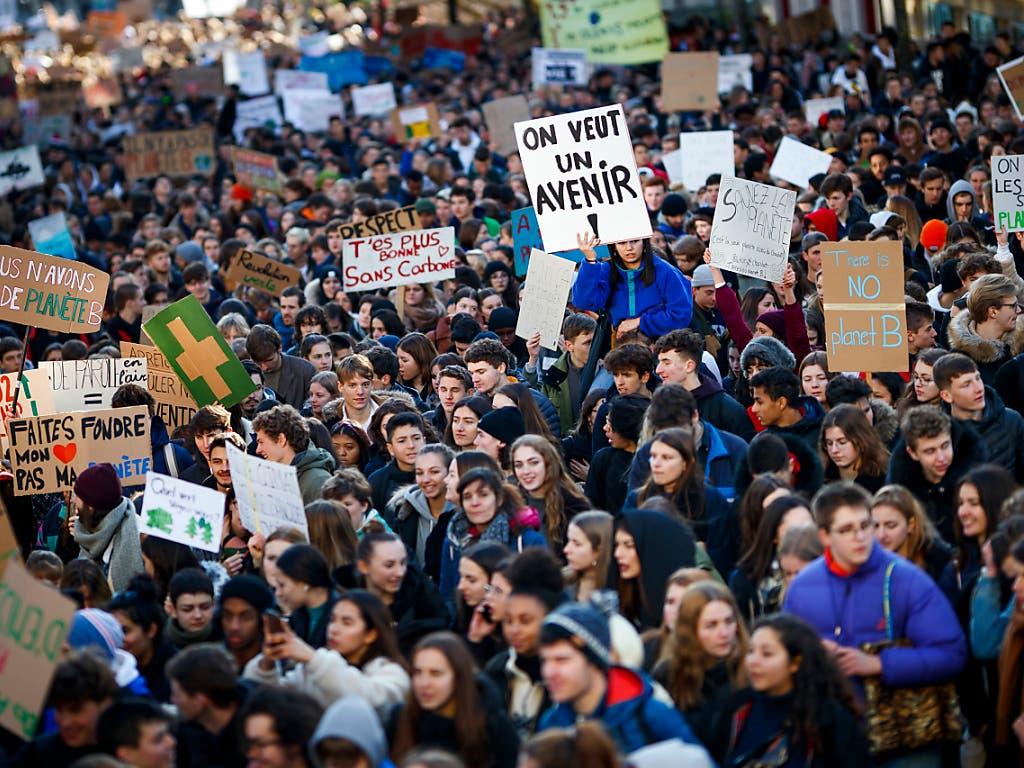 «Wir wollen eine Zukunft»: Tausende junge Leute gehen in Lausanne für das Klima auf die Strasse statt zur Schule. (Bild: KEYSTONE/VALENTIN FLAURAUD)
