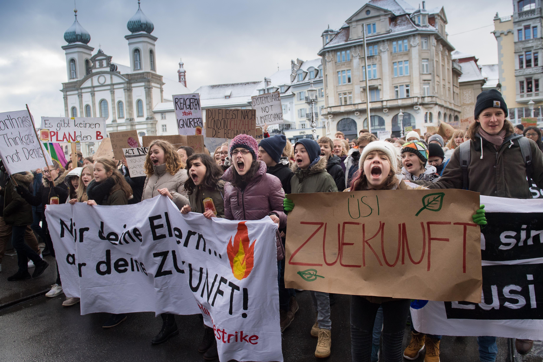 Schüler Demonstrieren für eine griffige Klimapolitik. (Bild: Boris Bürgisser/LZ (Luzern, 18. Januar 2019))
