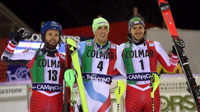 In Madonna di Campiglio gewann Daniel Yule (Mitte) als erster Schweizer seit 2007 einen Weltcup-Slalom. Die beiden Österreicher Marco Schwarz (links) und Michael Matt belegten die Ränge zwei und drei.(Bild Andrea Solero/EPA (Madonna di Campiglio, 22. Dezember 2018))