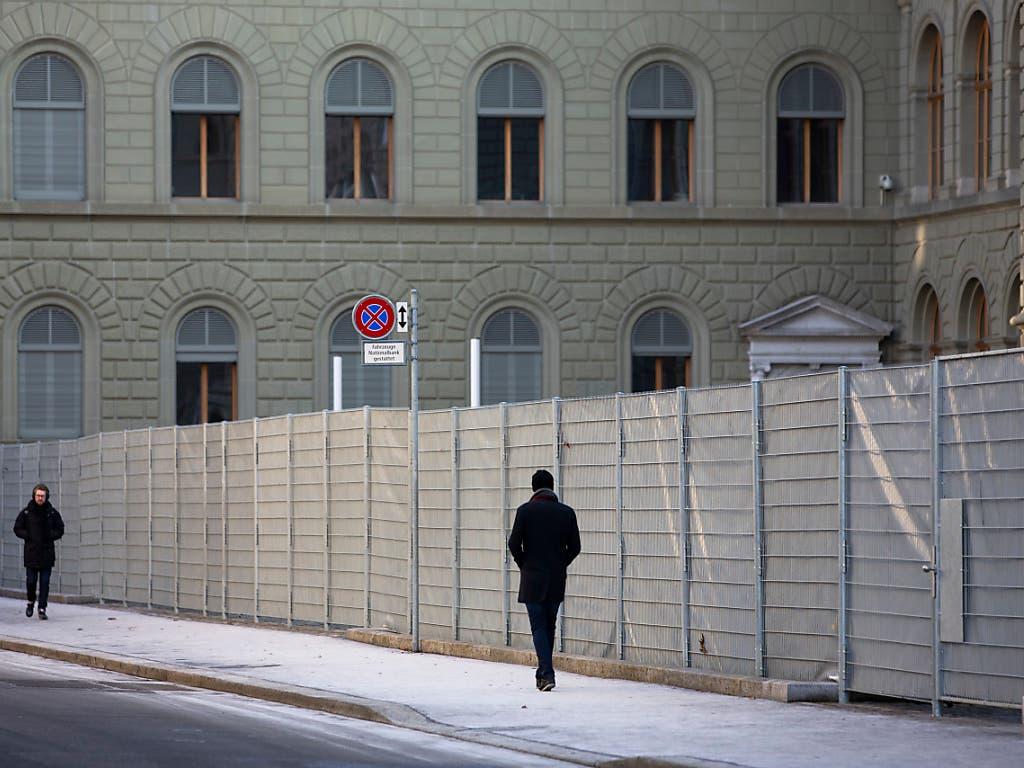 Das Bundeshaus ist vorsorglich eingezäunt. In Bern haben sich mehrere 100 Personen zu einer unbewilligten WEF-Kundgebung versammelt. (Bild: KEYSTONE/PETER KLAUNZER)