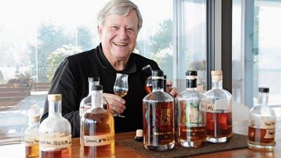 Dolf Stockhausen degustiert bei sich zu Hause verschiedene Destillate. (Bild: Philipp Unterschütz (Hergiswil, 11. Januar 2019))
