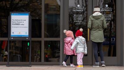 Eine Familie steht vor dem verschlossenen Eingang des National Air and Space Museum. (Bild: Erik S. Lesser/EPA (Washington, 2.Januar 2019))