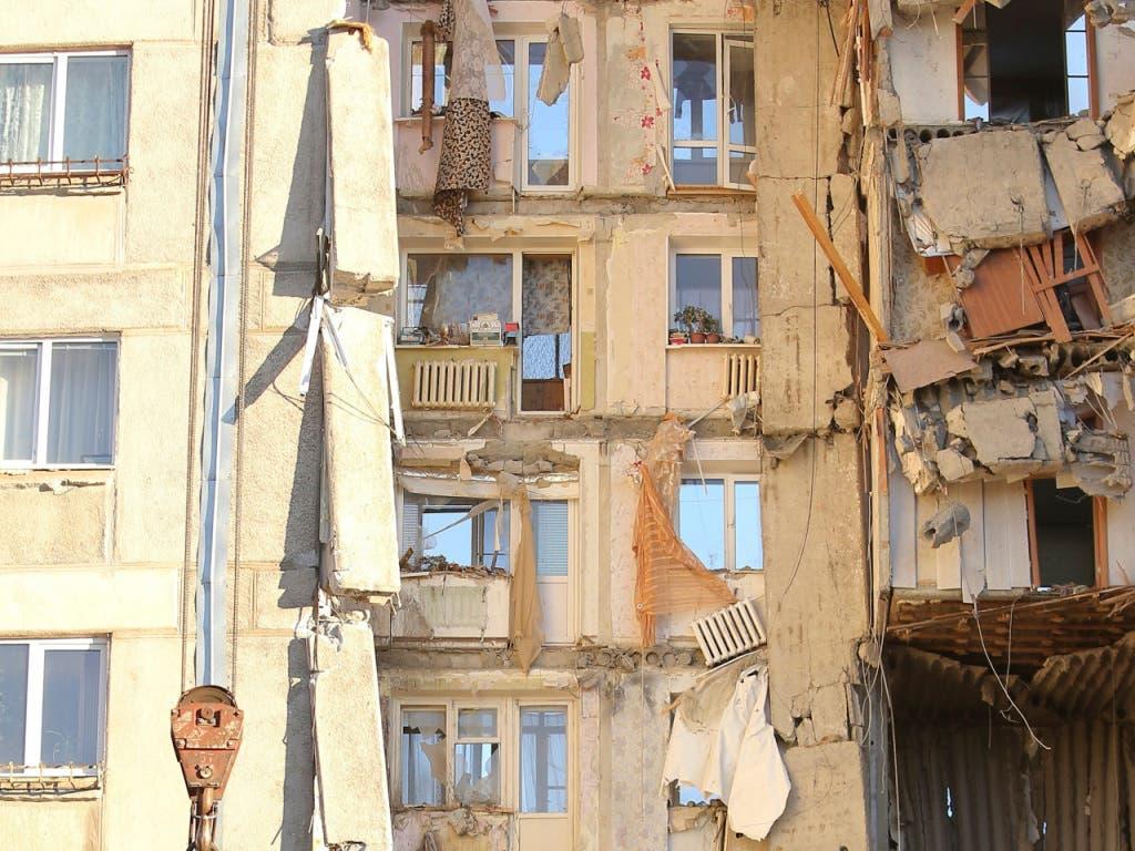 Bisher sind nach der Explosion in einem Wohnblock in Magnitogorsk 16 Tote geborgen worden. (Bild: KEYSTONE/AP/MAXIM SHMAKOV)