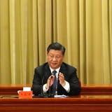 Der chinesische Präsident Xi Jinping (Mitte) während seiner Rede über die Wiedervereinigung Chinas mit Taiwan. (Bild:Mark Schiefelbein-Pool/Getty Images (Peking, 2. Januar 2019))