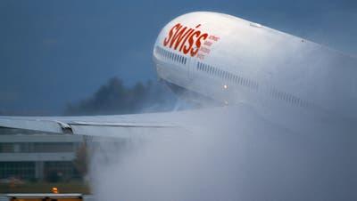 Ein Flugzeug der Schweizer Fluggesellschaft Swiss startet auf einer Startpiste des Flughafens Zürich Kloten.(Symbolbild: Martin Ruetschi/Keystone)
