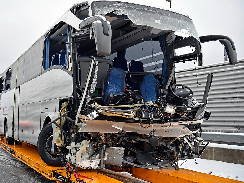 Der Unglückscar nach dem Unfall am 16. Dezember 2018 auf der Sihlhochstrasse in Zürich. Das Unglück hat ein zweites Todesopfer gefordert. Einer der beiden Chauffeure ist am Montag in einem Spital seinen schweren Verletzungen erlegen. (Bild: KEYSTONE/WALTER BIERI)