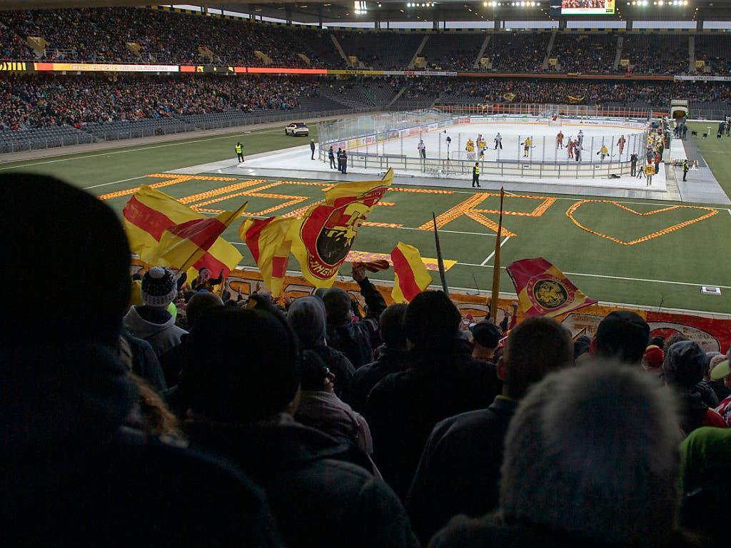 20'672 Zuschauer wohnten dem Freiluftspiel im Berner Stade de Suisse bei. Die erste Austragung des Tatzen-Derbys im Jahr 2007 sahen sich 30'076 Fans an (Bild: KEYSTONE/MARCEL BIERI)