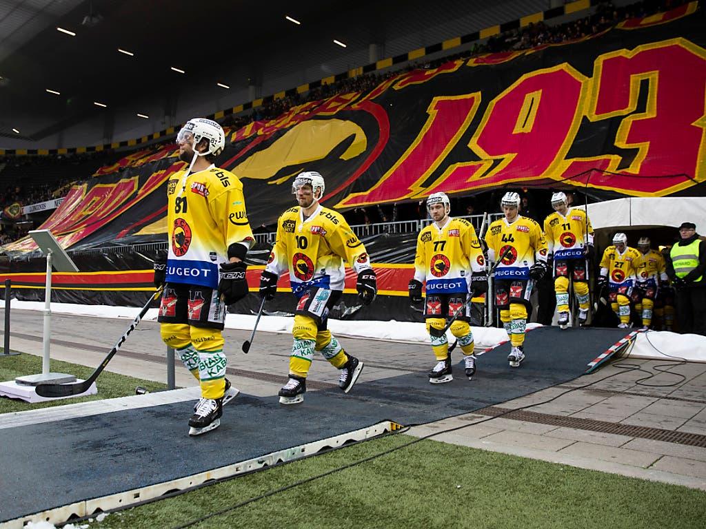 Die Berner Spieler marschieren ins Stade de Suisse ein. Im Hintergrund die Choreo der SCB-Fans (Bild: KEYSTONE/PETER KLAUNZER)