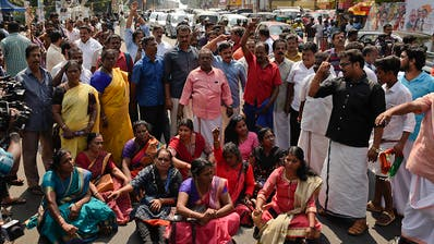 Zwei Frauen verschaffen sich Zutritt zu Hindu-Tempel in Indien