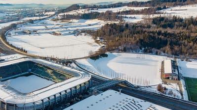 Direkt hinter Fussballstadion und Autobahn liegt die grosse Wiese des Breitfelds. Rechts davon ist das Stadion Gründenmoos mit den Fussball-Trainingsplätzen zu sehen. (Bild: Urs Bucher - 16. Januar 2019)