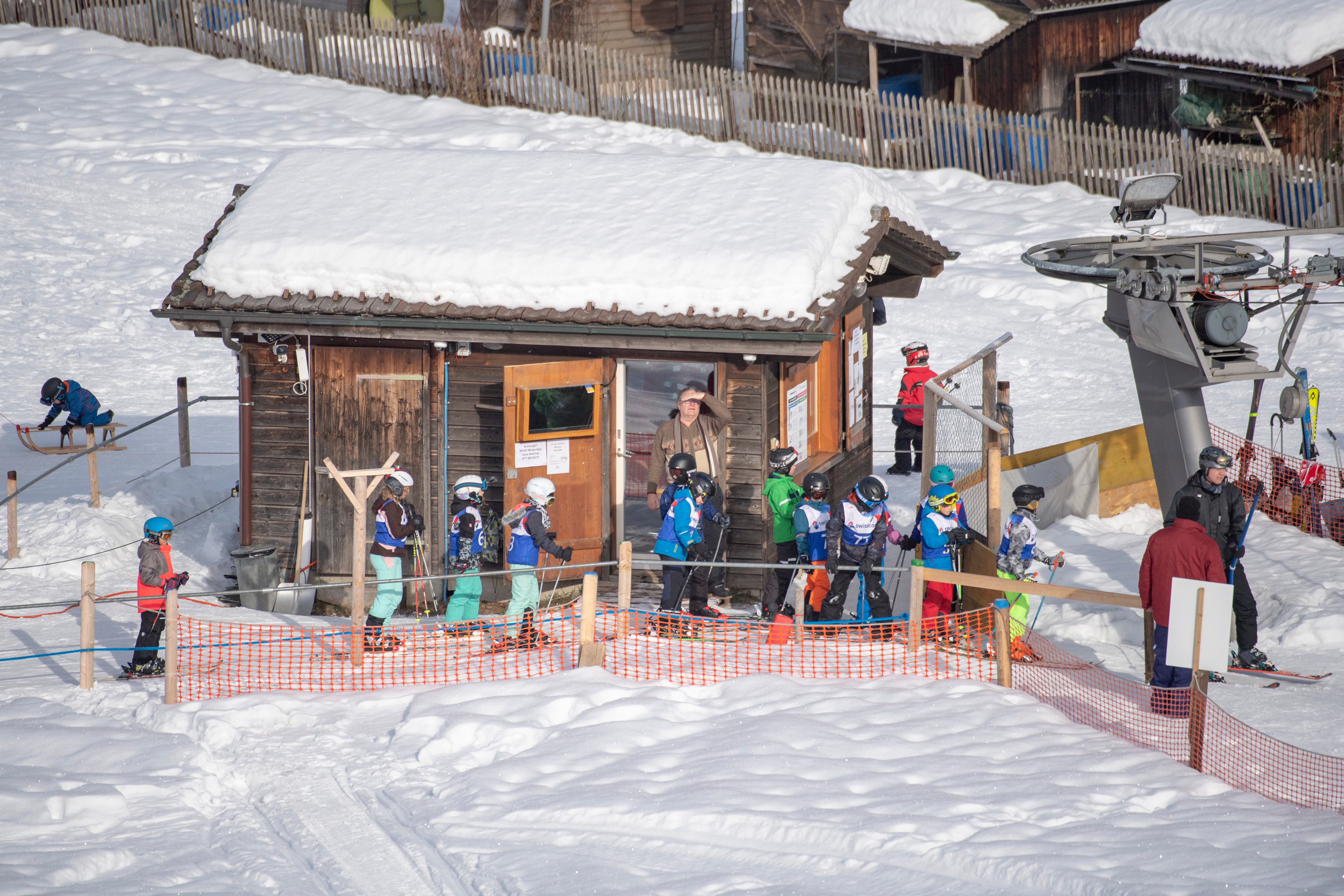 An der Talstation des Skilifts an der Beckenhalde warten die kleinen Wettkämpferinnen und Wettkämpfer, um sich zum Start oben am Hang transportieren zu lassen. (Bilder: Urs Bucher - 20. Januar 2019)