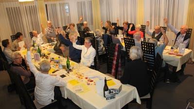 Die übrig gebliebenen Mitglieder des Cäcilia-Kirchenchors Niederuzwil beschliessen seine Auflösung. Bild: Cecilia Hess-Lombriser