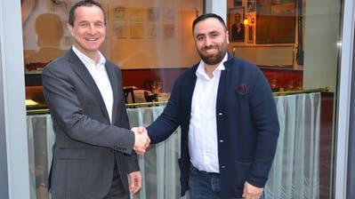 Handschlag zwischen Kantonalbank-Chef Heinrich Leuthard (links) und Güvenc Coban von der Mc One GmbH. (Bild: PD)