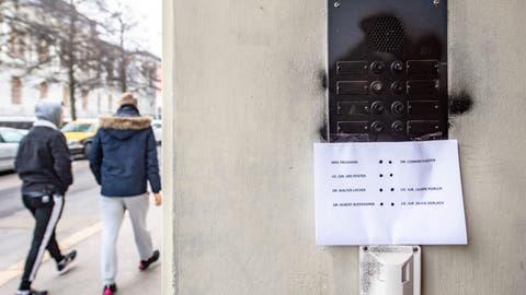Unleserliches Klingelschild: Das Gebäude ander Museumsstrasse 35 in St.Gallen wurde in der Nacht auf Freitag versprayt. (Bild: Urs Bucher)