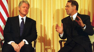 WEF-Premiere:Im Jahr 2000 besuchte erstmals ein amtierender US-Präsident Davos: Bill Clinton (hier mit Bundespräsident Adolf Ogi).