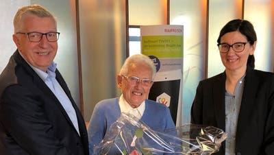 Anna v. Niederhäusern (Mitte)geht mit 90 Jahren in Pension. Flankiert wird sie vonKurt Sidler, Verwaltungsratspräsident der Raiffeisenbank Luzern, und Isabel Hürlimann, Leiterin der Geschäftsstelle Ebikon. (Bild: PD)