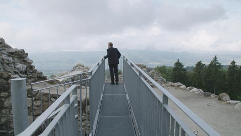 Hat eine zentrale Rolle im Film: Finanzdirektor Marcel Schwerzmann, hier als «Steuervogt» auf der Ruine Nünegg in Hohenrain. (Screenshot: «Luzern der Film»)