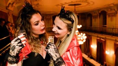 Eine Lange Nacht des Feierns: Zwei Vampirdamen gönnen sich im Frauenfelder Rathaus ein Cüpli. (Bild: Donato Caspari)
