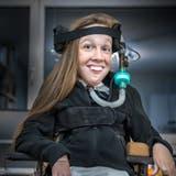 Bettina Rimensberger leidet an spinaler Muskelatrophie, einer extrem seltenen Erbkrankheit. (Bild: Sebastian Klinger)