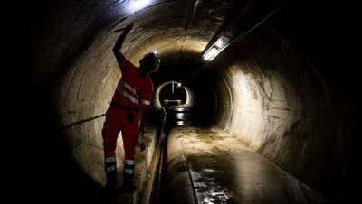 Blick in den Abwasserkanal: Ein Mitarbeiter beim Kontrollgang durch den Reussportstollen. (Bild: Philipp Schmidli, Luzern, 20. April 2018)