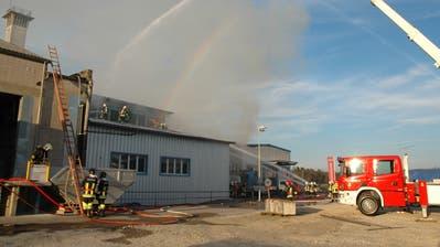 Am 20. März 2014 brach im Gebäudekomplex einer Metallverarbeitungsfirmaein Feuer aus. (Bild: Stefan Hilzinger)