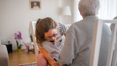 Hilfe und Pflege zu Hause: eine Spitex-Mitarbeiterin auf Hausbesuch bei einer Patientin. (Bild: Benjamin Manser)