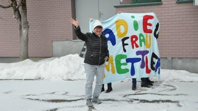 Heidi Mettler winkt in der grossen Pause den Schülerinnen und Schülern zum Abschied. (Bild: Sabine Camedda)