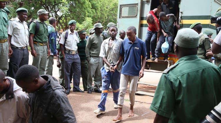 Verhaftete Demonstranten werden in Harare zu einem Gericht geführt. (Bild: Aaron Ufumeli/EPA, 17. Januar 2019)