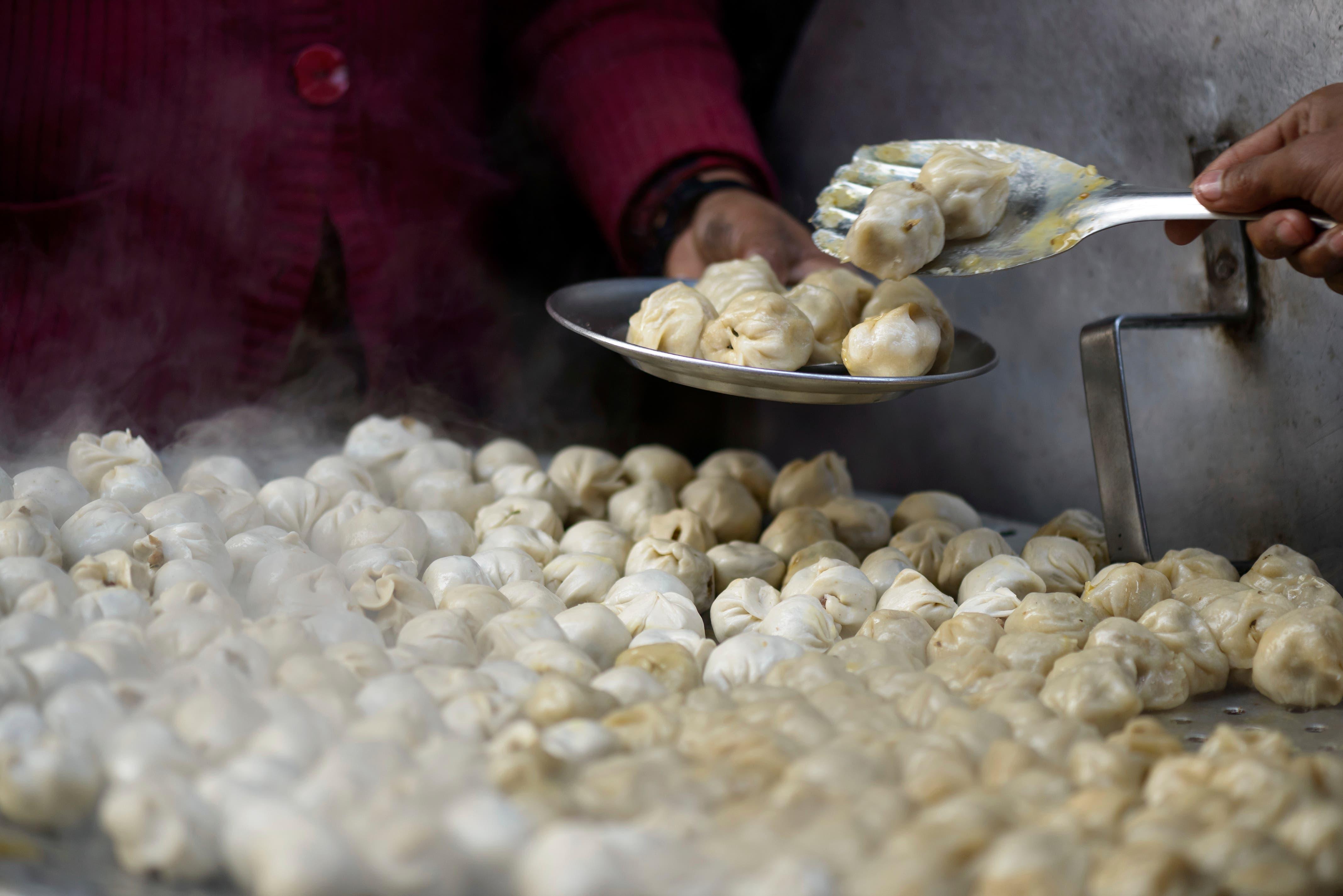 Lustige kleine Bälle, Muscheln oder Halbmonde aus Teig, gefüllt mit Fleisch oder Gemüse. Momos werden nicht gebacken, sondern in Dampf gegart. (Bild: Bilder: Getty)