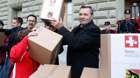 Werner Salzmann, SVP Nationalrat des Kantons Bern, bei der Einreichung des Referendums.(KEYSTONE/Peter Klaunzer)