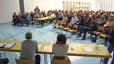 Grosser Andrang in der Turnhalle Märwil. Der Infoanlass über die Raumplanung der Schule stösst auf grosses Interesse. (Bild: Monika Wick)