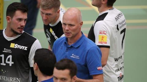Trainer Marko Klok fühlt sich wohl inmitten seiner Spieler von Volley Amriswil. «Der Verein bietet ein professionelles Umfeld», sagt der 50-jährige Holländer. (Bild: Mario Gaccioli, Jona, 13. Oktober 2018)