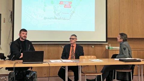 Architekt Manuel Gysel, Schulpräsident Thomas Wieland und Schulsekretär René Diethelm informieren über die Kreditvorlage. (Bild: Tobias Bolli)