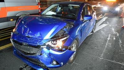 Das Unfallauto: Die Fahrerin prallte mit ihrem Wagen an der Ampel beim Kasernenplatz in ein anderes Auto. Dieses wurde wiederum gegen das nächste Fahrzeug geschoben. (Bild: Luzerner Polizei (Luzern, 25. Januar 2018))