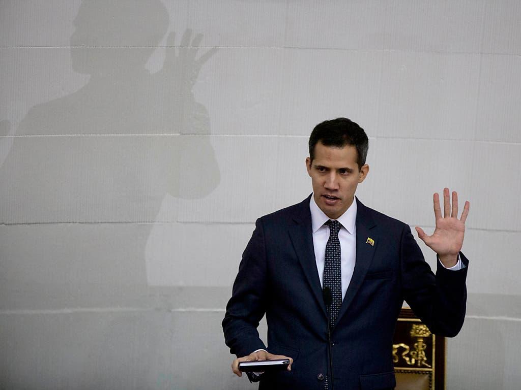 Der selbsternannte Übergangspräsident Venezuelas Juan Guaidó will die Massen gegen die Regierung des südamerikanischen Landes mobilisieren. (Bild: KEYSTONE/AP/FERNANDO LLANO)