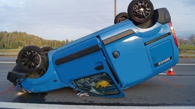 Das Auto der 54-jährigen Fahrerin landete nach der Kollision mit der Leitplanke auf dem Dach. (Bild: PD, Zuger Strafverfolgungsbehörden)