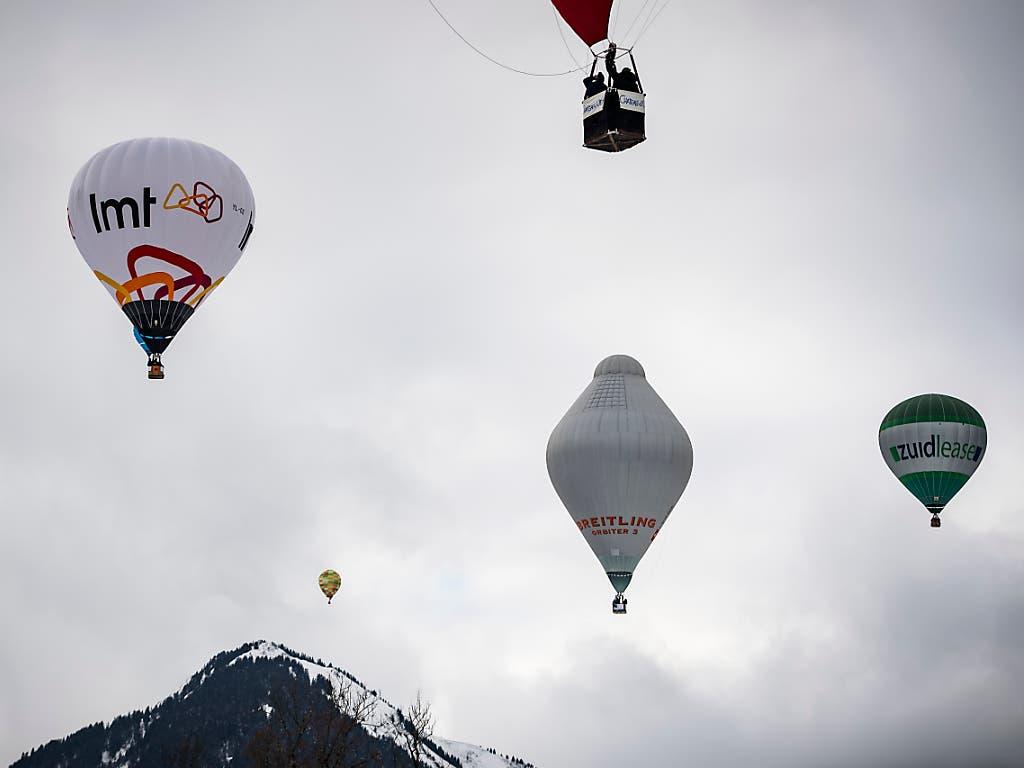 Eine Kopie des Breitling Orbiter 3 am Samstag in Chateau d'Oex: mit dem Original hatten der Schweizer Betrand Piccard und der Brite Brian Jones vor zwanzig Jahren die Welt umrundet. Das 41. Internationale Heissluftballon-Festival feiert nun das Jubiläum. (KEYSTONE/Jean-Christophe Bott) (Bild: KEYSTONE/JEAN-CHRISTOPHE BOTT)