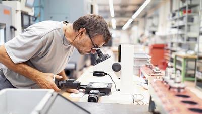 Ein Mitarbeiter in der Produktion der Walliser Medtech-Firma Gomina. (Bild: Gaetan Bally/Keystone, Niederwald, 18. September 2018)